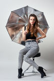 Jeune femme avec le parapluie argenté de studio Photos libres de droits