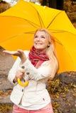 Jeune femme avec le parapluie dans une forêt d'automne Photographie stock