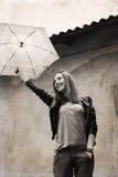 Jeune femme avec le parapluie près de la vieille maison Image stock