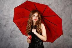 Jeune femme avec le parapluie rouge Image libre de droits