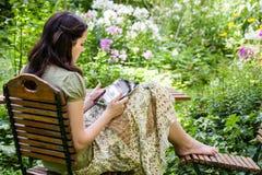 Jeune femme avec le PC de tablette Photo libre de droits