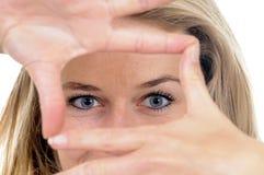 Jeune femme avec le point de vue image stock