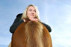 Jeune femme avec le poney image libre de droits