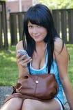 Jeune femme avec le portable Photographie stock libre de droits