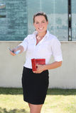 Jeune femme avec le portefeuille en cuir rouge et les euro billets de banque Image stock