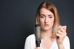 Jeune femme avec le problème de perte des cheveux images stock