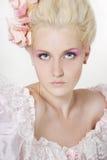 Jeune femme avec le renivellement élégant Image stock