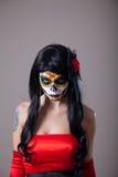 Jeune femme avec le renivellement de Veille de la toussaint de crâne de sucre Photos stock