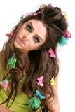 Jeune femme avec le renivellement et la coiffure de mode élevée Image libre de droits