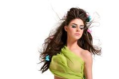 Jeune femme avec le renivellement et la coiffure de mode photographie stock libre de droits