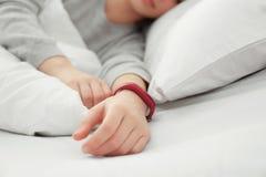 Jeune femme avec le repos de traqueur de sommeil Photo stock