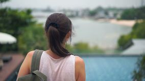 Jeune femme avec le sac à dos appréciant la vue du paysage de l'hôtel concept de course Vue arrière banque de vidéos