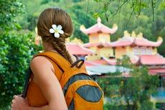Jeune femme avec le sac à dos dans bois Image libre de droits