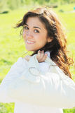 Jeune femme avec le sac blanc à l'épaule Image stock