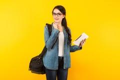 Jeune femme avec le sac et le PC Photographie stock libre de droits