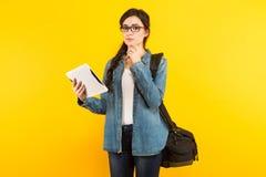Jeune femme avec le sac et le PC Images libres de droits