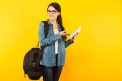 Jeune femme avec le sac et le PC Photos stock