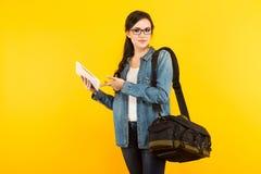 Jeune femme avec le sac et le PC Photo libre de droits