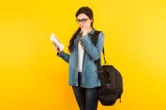 Jeune femme avec le sac et le PC Photographie stock