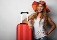 Jeune femme avec le sac orange de voyage Image stock