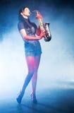 Jeune femme avec le saxophone Photographie stock