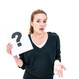 Jeune femme avec le signe de point d'interrogation de conseil Photographie stock