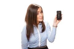 Jeune femme avec le smartphone cassé photographie stock libre de droits