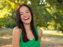 Jeune femme avec le sourire toothy Photographie stock