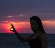 Jeune femme avec le Sun à disposition Image libre de droits