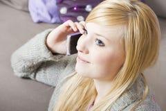 Jeune femme avec le téléphone Images libres de droits