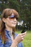 Jeune femme avec le téléphone Image libre de droits
