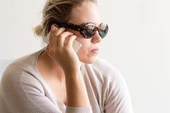Jeune femme avec le téléphone Photos libres de droits