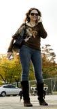 Jeune femme avec le téléphone portable. Photos stock