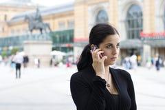 Jeune femme avec le téléphone portable Photo libre de droits