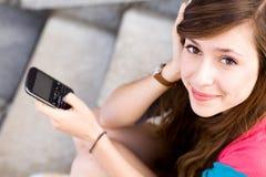 Jeune femme avec le téléphone portable Images stock