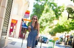 Jeune femme avec le téléphone portable dans la rue Photographie stock