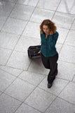Jeune femme avec le téléphone portable et le bagage de roulement photos libres de droits