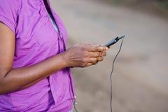 Jeune femme avec le t?l?phone portable images stock