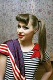 Jeune femme avec le T-shirt rayé et une écharpe Photo stock