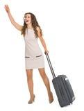Jeune femme avec le taxi contagieux de valise de roues Photos libres de droits