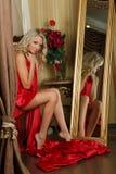 Jeune femme avec le tissu rouge en soie. image libre de droits