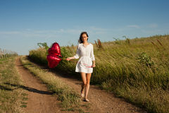 Jeune femme avec les ballons en forme de coeur image libre de droits