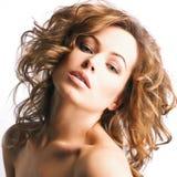 Jeune femme avec les cheveux blonds, beaux yeux, lèvres sensuelles image libre de droits