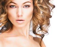 Jeune femme avec les cheveux blonds, beaux yeux, lèvres sensuelles images stock