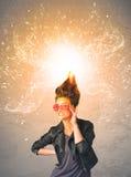 Jeune femme avec les cheveux rouges de explosion énergiques Photos libres de droits