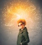 Jeune femme avec les cheveux rouges de explosion énergiques Photographie stock