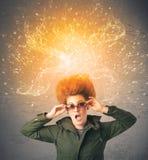 Jeune femme avec les cheveux rouges de explosion énergiques Photo libre de droits