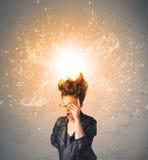 Jeune femme avec les cheveux rouges de explosion énergiques Image stock