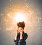 Jeune femme avec les cheveux rouges de explosion énergiques Photo stock