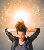 Jeune femme avec les cheveux rouges de explosion énergiques Photos stock